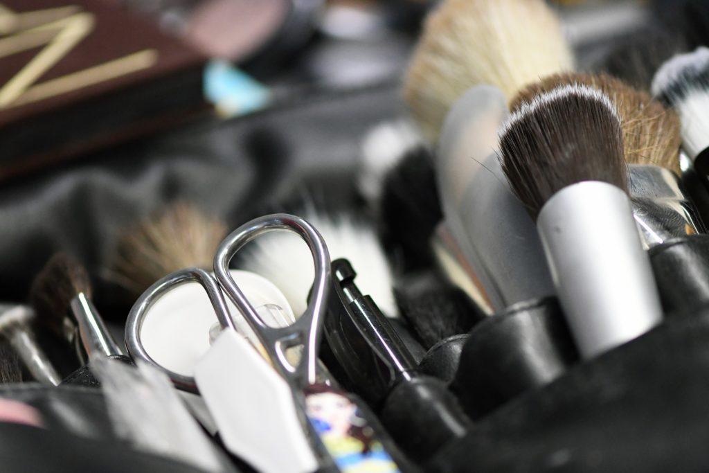 Conoce los mejores sets de brochas y cómo lavar las brochas de maquillaje en casa con BelAir Magazine. Las marcas más recomendadas para cuidar al detalle tu maquillaje.
